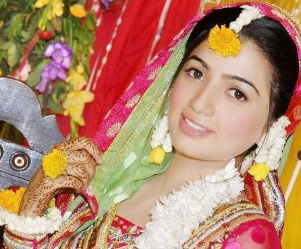 Mehndi Fresh Flowers : Different ways to use dried or fresh flowers in fashion